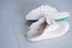 Oude witte die schoenen worden gebruikt om sporten te spelen royalty-vrije stock afbeeldingen