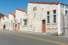 Oude witte doorstane pakhuisgebouwen Shelly Beach Road, Miramar Stock Foto