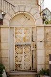 Oude witte durty, vuile deur met roest een mooie uitstekende achtergrond Stock Afbeeldingen