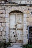 Oude witte durty, vuile deur met roest een mooie uitstekende achtergrond Royalty-vrije Stock Afbeeldingen