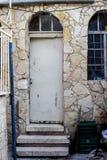 Oude witte durty, vuile deur met roestig en openwork een mooie uitstekende achtergrond Royalty-vrije Stock Afbeelding
