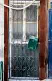 Oude witte durty, vuile deur met roestig en openwork een mooie uitstekende achtergrond Royalty-vrije Stock Foto