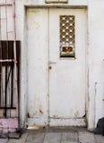 Oude witte durty, vuile deur met roestig en openwork een mooie uitstekende achtergrond Stock Fotografie