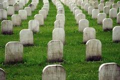 Oude witte grafstenen in een begraafplaats. Stock Foto