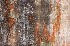 Oude witte grijze beschadigde concrete muur met krassen en zwarte oranje sjofele verf Ruwe Oppervlaktetextuur stock foto