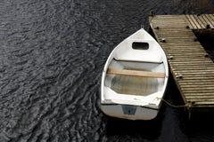 oude witte het roeien boot stock foto