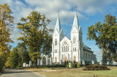 Oude witte kerk in het platteland stock afbeelding