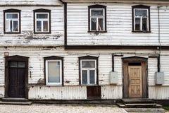 Oude witte muur met sommige vensters Stock Foto's