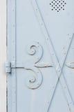 Oude witte poort met grote scharnier Stock Foto