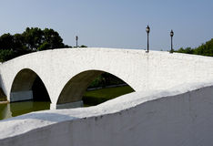 Oude witte steenvoetgangersbrug Stock Fotografie