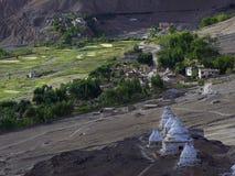 Oude witte Tibetaanse stupas op een rij op een berghelling en een oud Boeddhistisch klooster over een bergdorp, Tibet, Hima Royalty-vrije Stock Fotografie