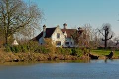 Oude witte villa langs rivier Lys in Vlaanderen, België stock afbeelding