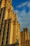 Oude wolkenkrabber onder de blauwe hemel Stock Afbeeldingen