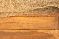 Oude zak bovenop houten plankraad Stock Fotografie