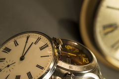 Oude Zak en Modern Horloge Stock Foto