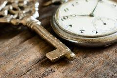 Oude zakhorloge en ketting, uitstekend medaillonhorloge met retro sleutel stock foto