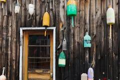 Oude zeekreeftvlotters op de muur Royalty-vrije Stock Fotografie