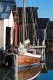 Oude zeilboot bij botenhuis Stock Fotografie