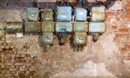Oude zekeringkast in een oude verlaten fabriek stock fotografie