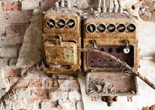 Oude zekeringkast in een oude verlaten fabriek stock afbeelding