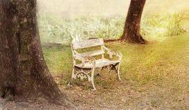 Oude zetel in de tuin Stock Foto