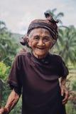 Oude zich in openlucht en vrouw die bevinden glimlachen Stock Afbeeldingen