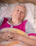 Oude zieke peinzende vrouw Stock Fotografie