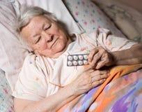 Oude zieke vrouw Stock Afbeeldingen