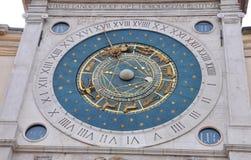 Oude Zodiacal Astronimical-Klok in Piazza dei Signori binnen stock fotografie
