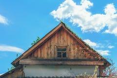 Oude zolder op de achtergrond van blauwe hemel stock afbeelding