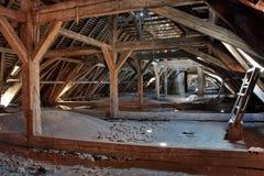Oude zolder van een huis, verborgen geheimen Royalty-vrije Stock Afbeelding