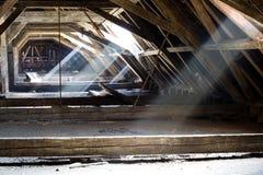 Oude zolder van een huis, verborgen geheimen Stock Afbeeldingen