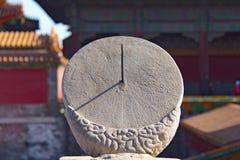 Oude zonnewijzer in de Verboden Stad - Peking, China stock foto's