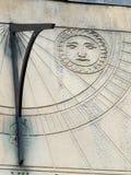 Oude zonnewijzer in dichte omhooggaand met roman cijfers Stock Fotografie