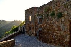 Oude zonsondergangscène in Civita Di Bagnoregio, Italië Royalty-vrije Stock Foto's
