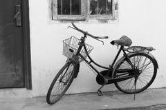 Oude zwart-witte fiets royalty-vrije stock foto's