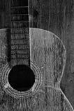 Oude zwart-witte gitaar Royalty-vrije Stock Foto's