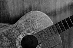 Oude zwart-witte gitaar Stock Foto