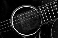 Oude zwart-witte gitaar Stock Fotografie