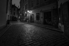 : Oude zwart-witte stadsopen plek van Praque bij nacht, Royalty-vrije Stock Fotografie