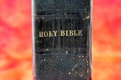 Oude zwarte Bijbel in hel stock foto's