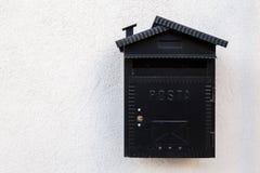 Oude zwarte brievenbus wijnoogst stock foto's