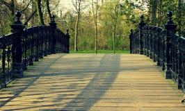 Oude zwarte brug royalty-vrije stock afbeelding