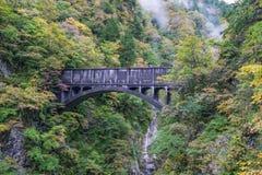 Oude zwarte brug voor trein op klip met kleurrijke sinaasappel en ye royalty-vrije stock afbeelding