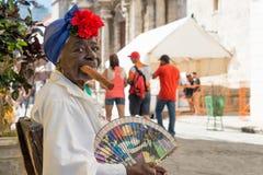 Oude zwarte dame die een Cubaanse sigaar in Havana roken Royalty-vrije Stock Foto's