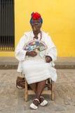 Oude zwarte dame die een Cubaanse sigaar in Havana roken Stock Afbeelding