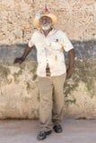 Oude zwarte mens die een Cubaanse sigaar in Oud Havana roken Stock Foto's