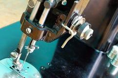 Oude zwarte naaimachine stock afbeeldingen