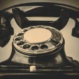Oude zwarte telefoon met stof en krassen op witte achtergrond Stock Foto