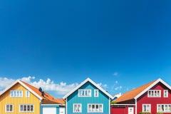 Oude Zweedse huizen voor een blauwe hemel Stock Foto's